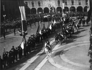 (*) Il Principe Umberto sfila in Piazza Ducale (1)
