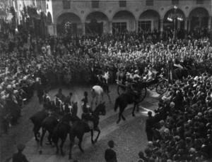 (*) Il Principe Umberto sfila in Piazza Ducale (2)