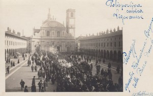 (*) Sfilata in Piazza Ducale