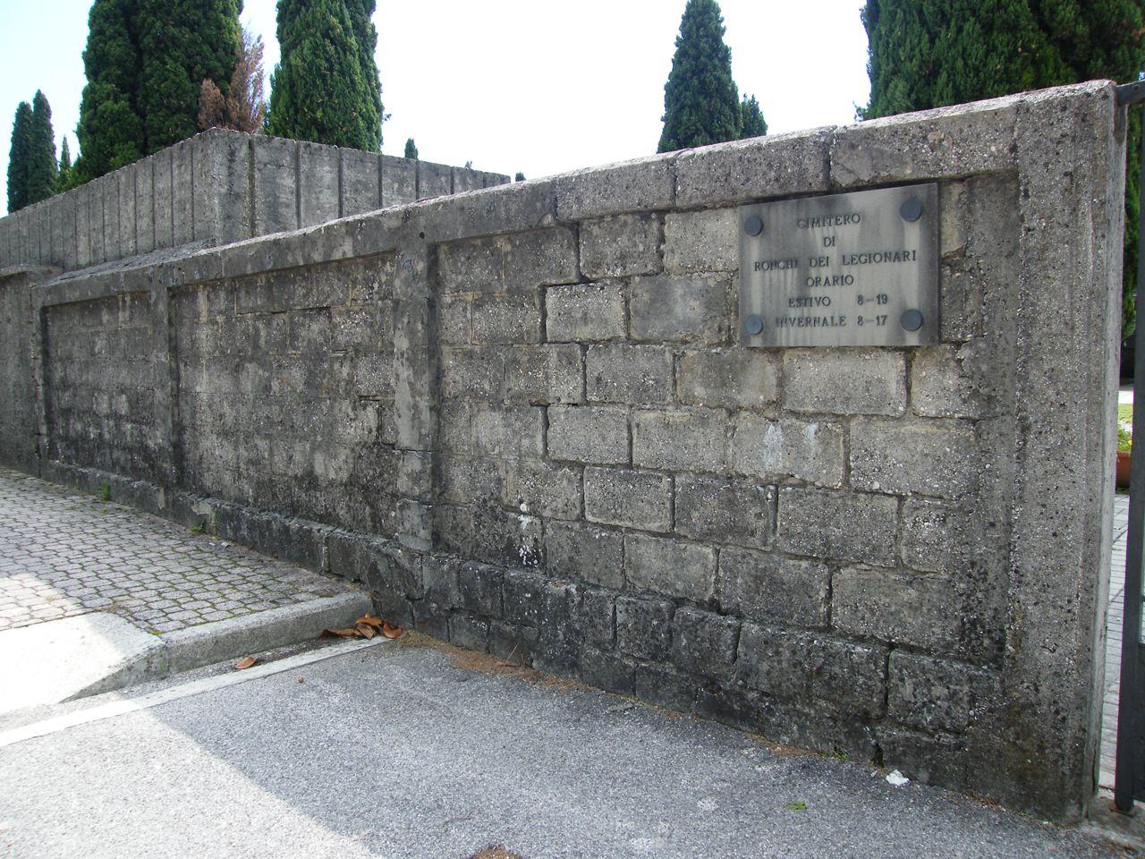 il-muro-del-cimitero-di-ronchi-come-si-presenta-oggi-1