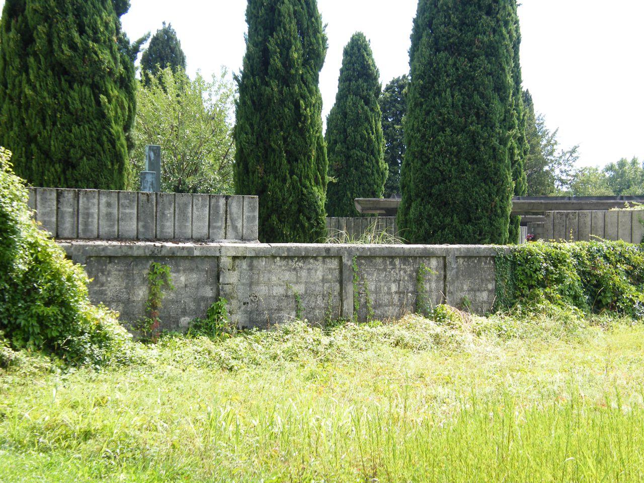 Il muro del cimitero di Ronchi come si presenta oggi