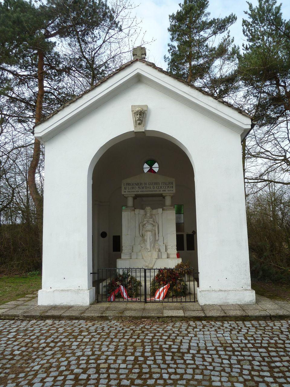 Cappella e monumento nel cimitero