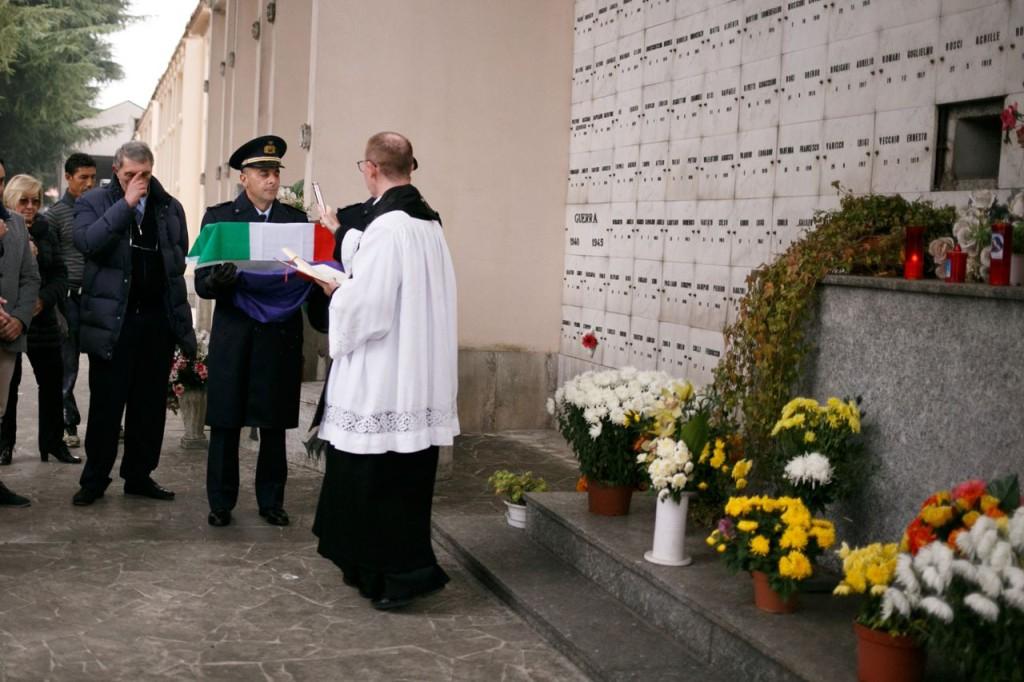 Don Carlo Brivio benedice la cassetta coi resti - 1