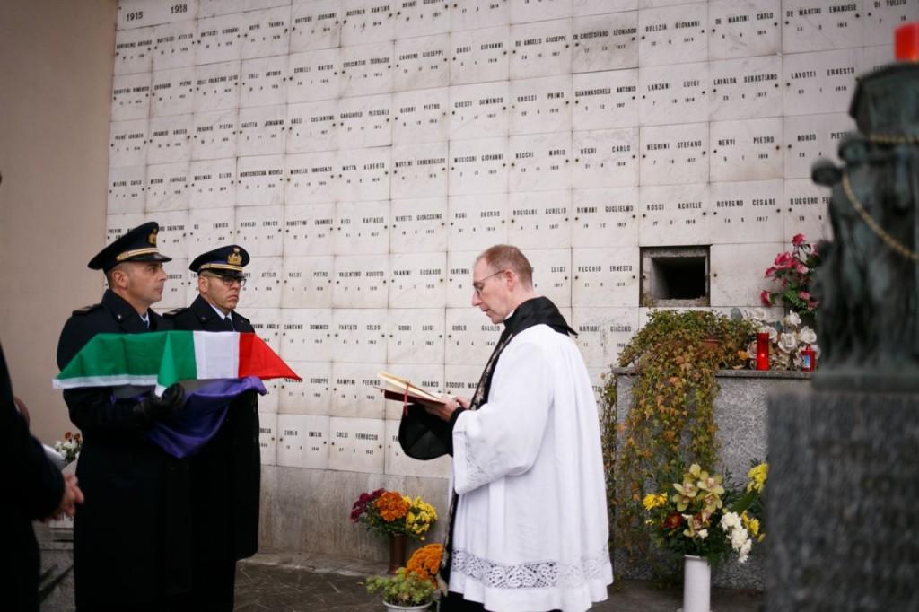 Don Carlo Brivio benedice la cassetta coi resti