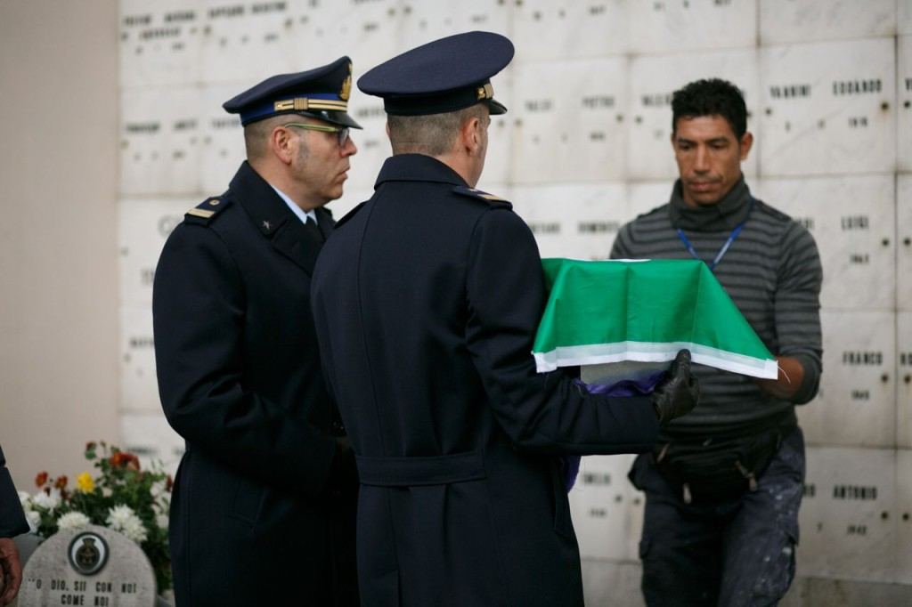 I marescialli, Nico Lunetti e Antonio Rossi consegnano la cassetta all'operatore cimiteriale